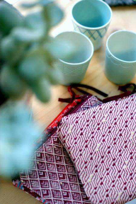 pochettes bordeaux posées sur la table de l'atelier à Toulouse