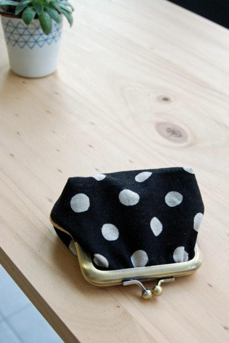 Porte-monnaie en lin noir à pois blanc, style rétro avec son fermoir laiton, pour femme.