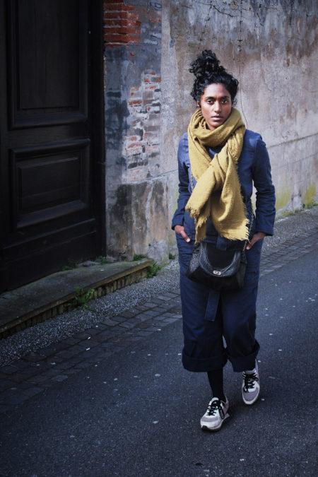 un sac noir en cuir est porté par une jolie jeune fille noire dans les rue de l'Isle jourdain