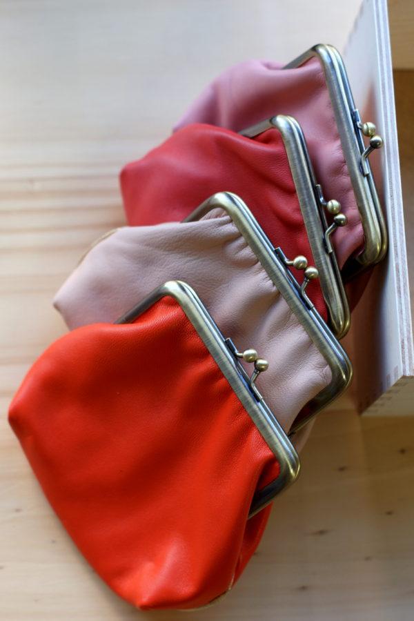 Grand porte-monnae style rétro posés sur une table