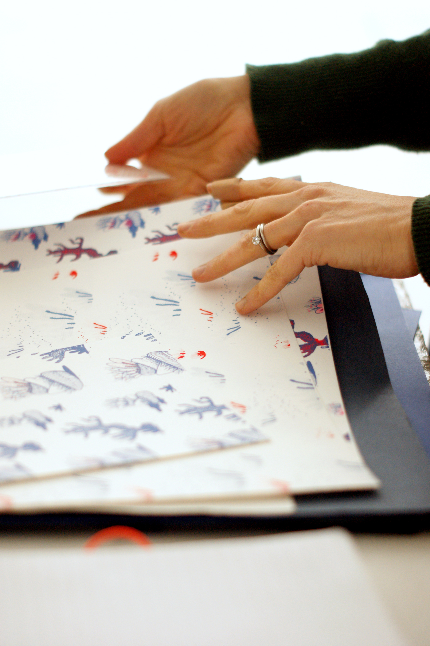 les mains d'aurélie avec ses sérigraphies