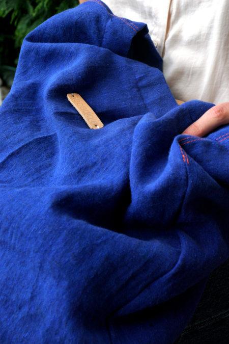 un sac en lin bleu posé sur une table