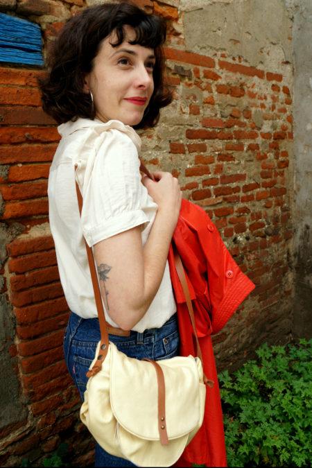 sac doré porté par Lucie