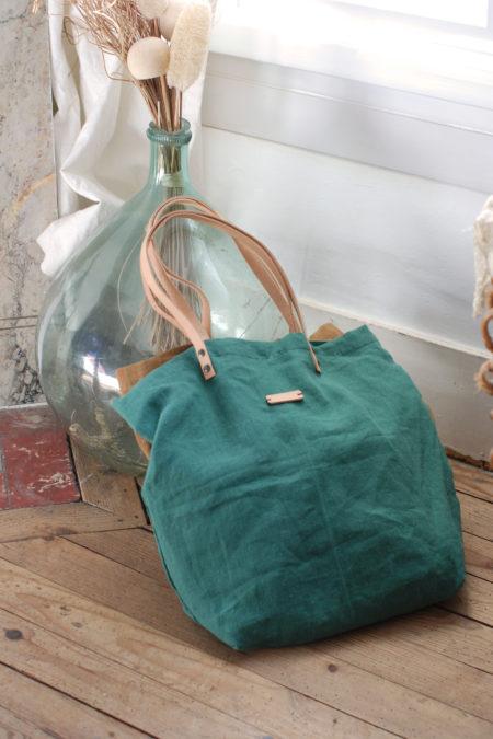 cabas en lin vert posé sur une dame jeanne